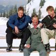 Le prince Charles et ses fils, le prince William et le prince Harry, en vacances en Suisse en 2000.