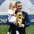 Antoine Griezmann et sa fille Mia lors de la finale de la Coupe du Monde de Football 2018 opposant la France à la Croatie. Moscou, le 15 juillet 2018