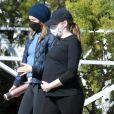 Exclusif - Emma Stone, enceinte de son premier enfant, se balade à Los Angeles avec une amie le 30 décembre 2020.