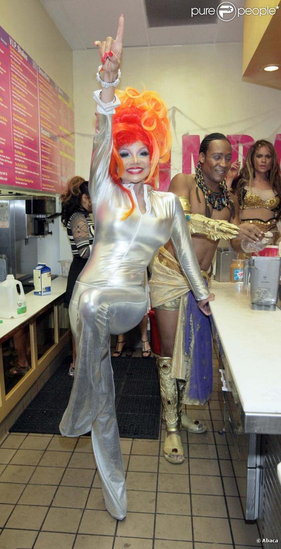 LaToya Jackson vend des milkshakes le 31 octobre à hollywood.