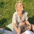 Elodie Gossuin avec ses enfants en train de pique-niquer, le 29 mars 2021