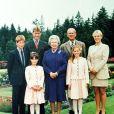 Elizabeth II, son mari le prince Philip et leurs petits-enfants, le prince Harry, le prince William, la princesse Eugenie et la princesse Beatrice, et Zara Phillips, à Balmoral en 1999.