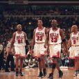 Dennis Rodman, Scottie Pippen, Michael Jordan, Ron Harper et Toni Kukoc, membres de la mythique équipe des Chicago Bulls. Chicago, le 24 juillet 1998.