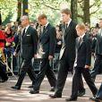 Le prince Philip, duc d'Edimbourg, le prince William, le comte Charles Spencer, le prince Harry et le prince Charles lors de la procession funéraire de la princesse Diana. Le 6 septembre 1997