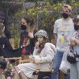 """Lily Collins tourne une scène de la série """"Emily in Paris"""" à Saint-Jean-Cap-Ferrat, le 4 mai 2021."""