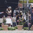 """Lily Collins et William Abadie tournent une scène de la série """"Emily in Paris"""" à Saint-Jean-Cap-Ferrat, le 4 mai 2021."""