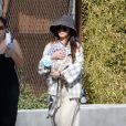Exclusif - Brenda Song, la compagne de Macaulay Culkin, leur bébé Dakota, et sa mère se baladent à Los Angeles. Le 4 mai 2021.