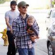 Tobey Maguire s'occupe de son fils Otis dans les rues de Beverly Hills le 8 novembre 2009