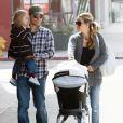 Tobey Maguire s'occupe de sa fille Ruby pendant que son épouse Jennifer promène la poussette dans les rues de Beverly Hills le 8 novembre 2009