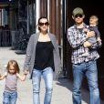 Tobey Maguire s'occupe de son fils Otis pendant que son épouse Jennifer promène la poussette dans les rues de Beverly Hills le 8 novembre 2009