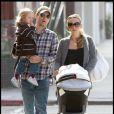 Tobey Maguire et son épouse Jennifer Meyer promènent leurs enfants Ruby et Otis à Beverly Hills le 8 novembre 2009