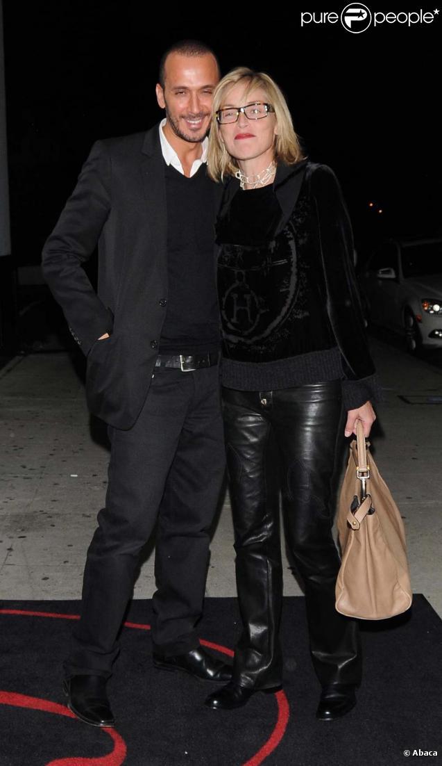 Sharon Stone et un charmant inconnu à Beverly Hills, le 9 novembre 2009.