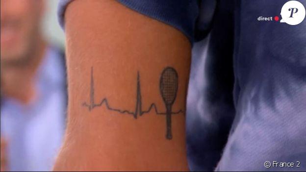 Lorenzo Musetti a dévoilé son tatouage à Roland-Garros, en interview pour France 2.