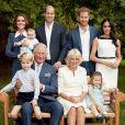Photo de famille pour les 70 ans du prince Charles, prince de Galles, dans le jardin de Clarence House à Londres, en 2018. Le prince de Galles pose en famille avec son épouse Camilla Parker Bowles, duchesse de Cornouailles, et ses fils le prince William, duc de Cambridge, et le prince Harry, duc de Sussex, avec leurs épouses, Catherine (Kate) Middleton, duchesse de Cambridge et Meghan Markle, duchesse de Sussex, et les trois petits-enfants le prince George, la princesse Charlotte et le jeune prince Louis.