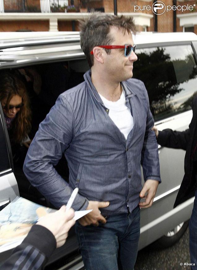 Robbie Williams arrive aux studios BBC Maida Vale à Londres pour l'émission Radio 1 Lounge le 11 novembre 2009