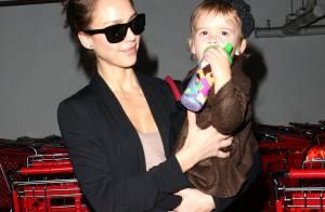 Jessica Alba : Elle retrouve le sourire avec sa fille trop craquante... et continue son initiation aux joies du shopping !