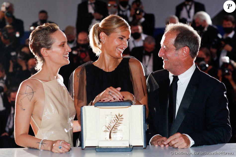 """Julia Ducournau (Palme d'Or pour """"Titane""""), Vincent Lindon, Agathe Rousselle - Photocall des lauréats du 74ème Festival International du Film de Cannes. © Borde-Jacovides-Moreau/Bestimage"""