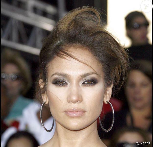Jennifer Lopez dévoile son nouveau clip Fresh out the over, titre qu'elle interprétera ce dimanche 22 novembre, aux American Music Awards 2009.