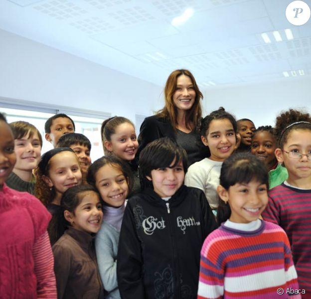 Carla Bruni entourée d'enfants de l'école primaire Olympe-de-Gouges, à Bondy, le 26 novembre 2009.