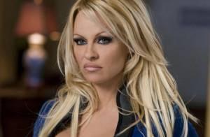 Pamela Anderson dans le rôle de la 'Femme Invisible' : elle a quand même peu de chances de passer inaperçue...