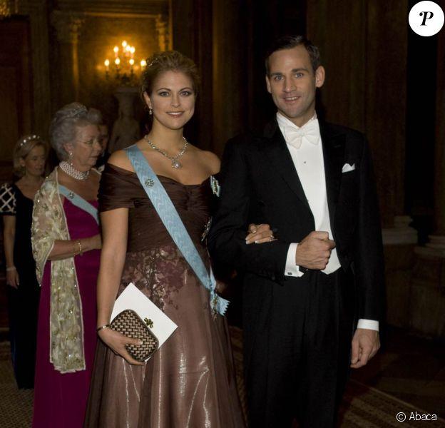 Madeleine de Suède arrive au dîner donné à Stockholm en l'honneur des lauréats des Nobel 2009 au bras de son fiancé Jonas Bergström, le 12 décembre 2009