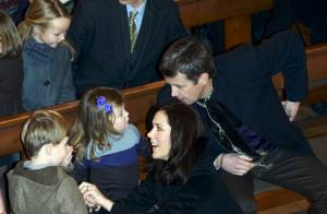 Mary et Frederik de Danemark avec leurs adorables Christian et Isabella : tout l'art d'occuper ses bambins à l'église !