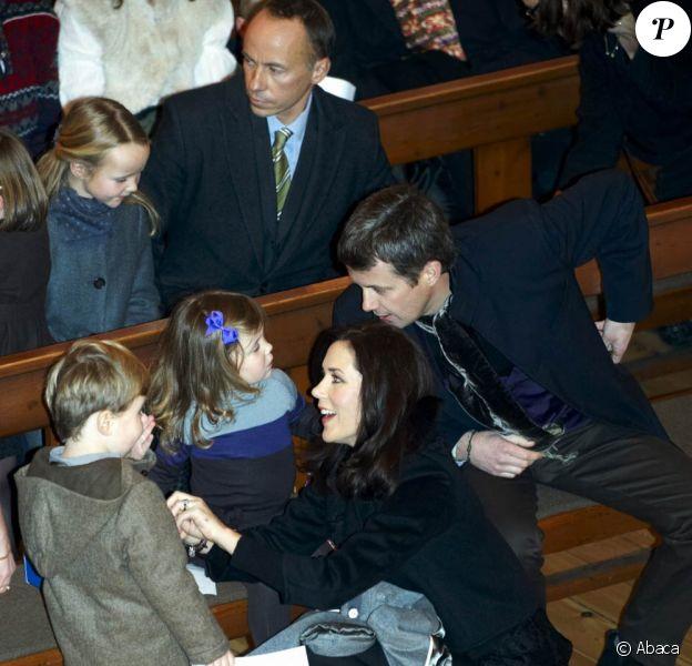 Mary et Frederik de Danemark se sont rendus avec leurs enfants Christian et Isabella à l'église, le 13 décembre 2009