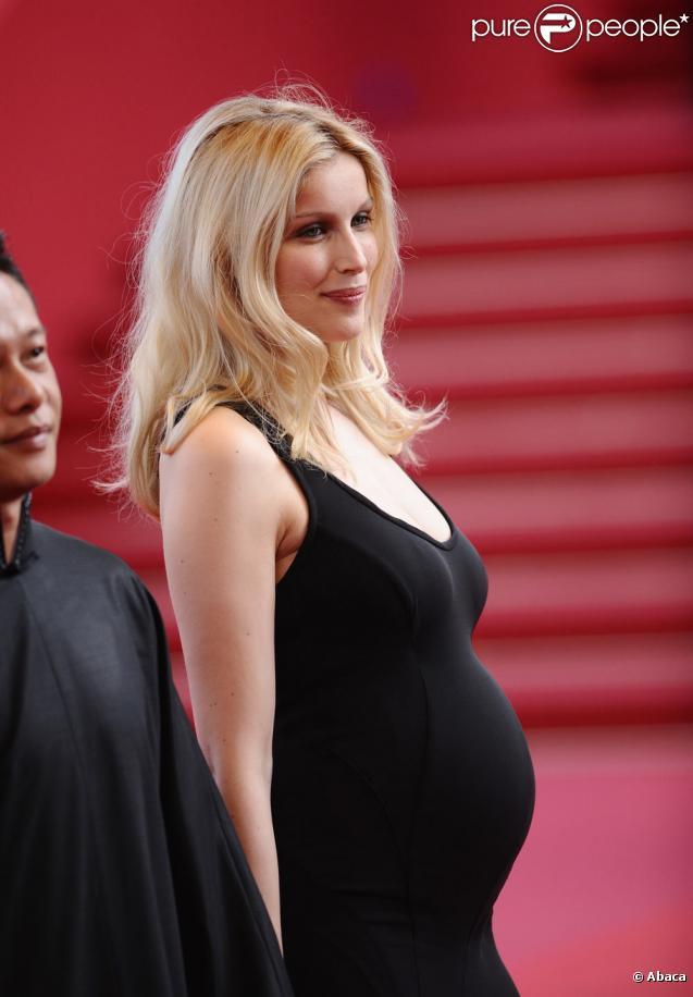 Laetitia Casta : très blonde... et très enceinte ! (23 mai 2009)