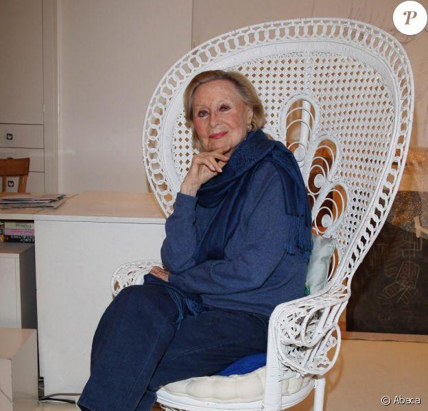 L'élégante Michèle Morgan présente différentes oeuvres de sa collection de peinture. Décembre 2009