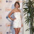 La charmante Taylor Swift moulée dans une robe Packham et perchée sur des Louboutin aux People's Choice Awards à Los Angeles le 6 janvier 2010
