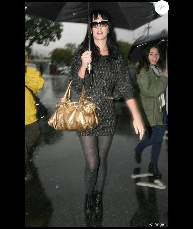 Sac à Bandoulière Katy Perry : Katy perry en robe ? manches chauve souris perch?e sur