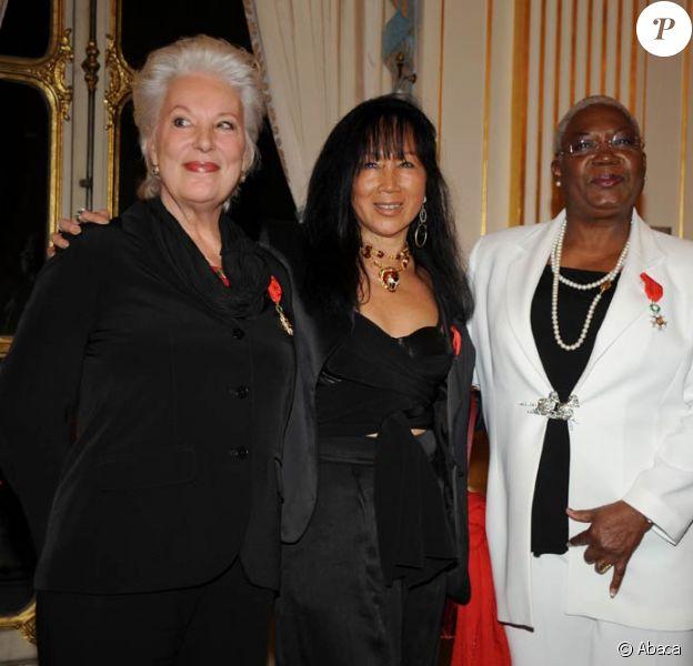 Bernadette Lafont, Mei Chen Chalais et Firmine Richard, à l'occasion de la cérémonie de remise des médailles de l'Ordre du Mérite et de l'Ordre des Arts et Lettres, au ministère de la Culture, à Paris, le 26 janvier 2010.