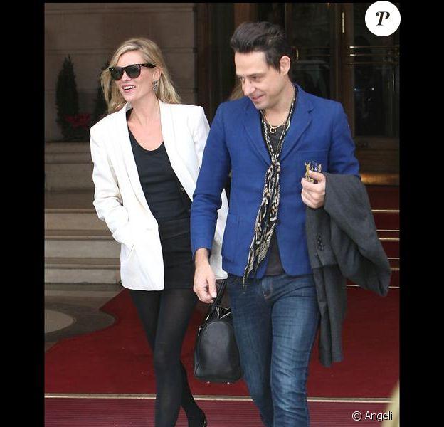 Quand Kate Moss sort sa petite robe noire et ses ballerines, elle n'oublie pas son blazer blanc même en plein hiver !