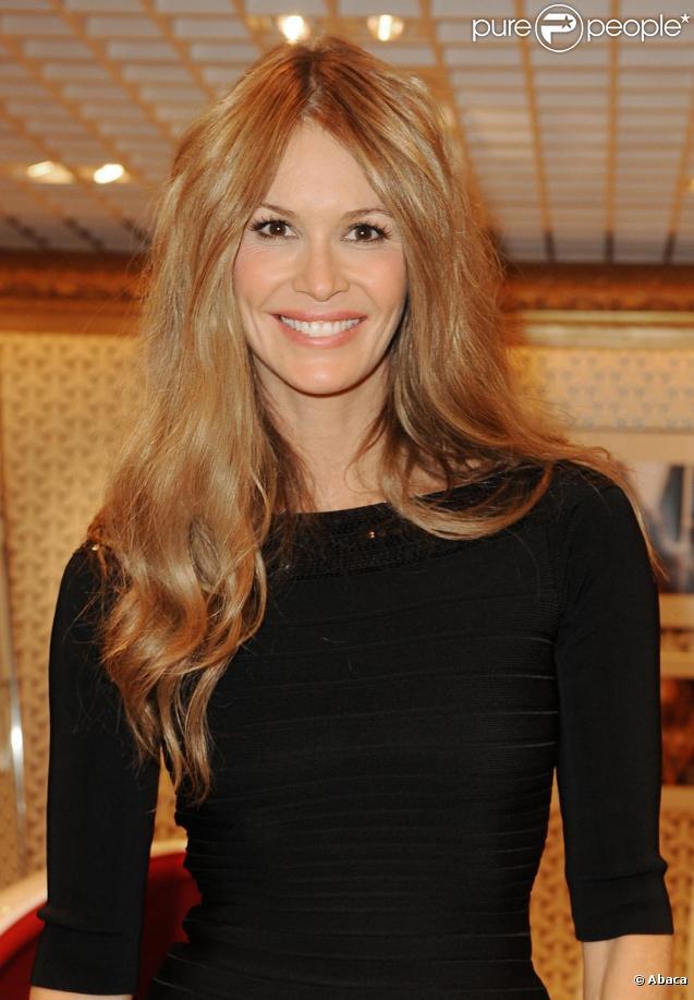 Elle Macpherson à Paris, au Printemps Haussman, le 2 février 2010