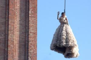 Bianca Brandolini d'Adda ouvre le carnaval de Venise en faisant un sublime... saut de l'ange !
