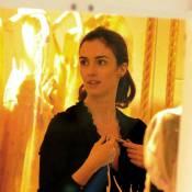 La magnifique Paz Vega en shopping avec son mari à Paris... replonge en enfance !