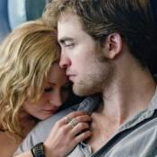 Regardez Robert Pattinson et Emilie de Ravin s'aimer et s'embrasser sous la douche !