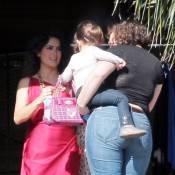 Salma Hayek : Toujours aussi mince, elle travaille dur... devant sa fille et son époux !