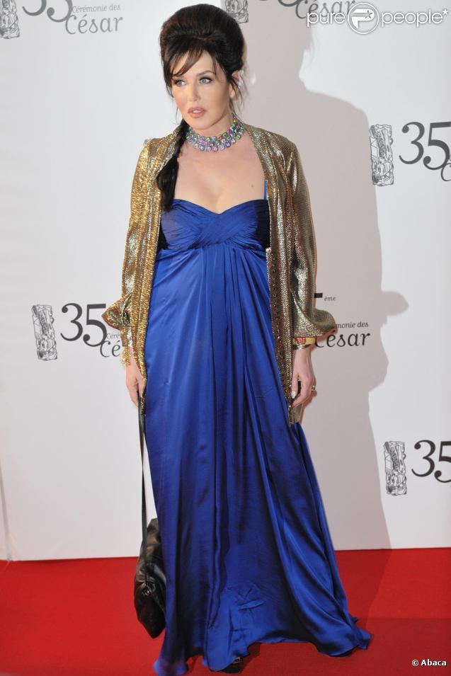 Isabelle Adjani, vêtue d'une toilette signée Azzaro, de bijoux de la maison de Grisogono et de souliers Fendi, reçoit le César de la meilleure actrice pour La Journée de la jupe le 27 février 2010