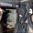 A la sortie d'une défilé de mode, Lindsay Lohan se rend à l'aéroport de Milan et ne peut s'empêcher de s'en prendre aux paparazzi présents en leur jetant une canette de RedBull le 1er mars 2010