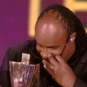 """25e Victoires de la Musique : Quand Stevie Wonder... enlève ses lunettes noires pour """"voir"""" son trophée ! Culte !"""