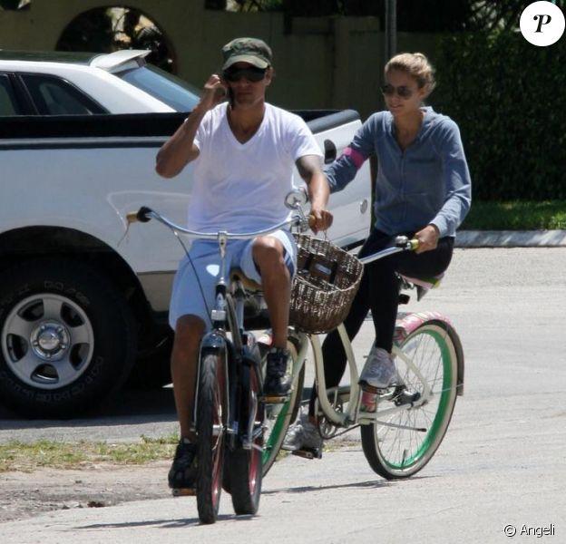 Julio Iglesias Jr fait une balade à vélo avec sa fiancée Charisse. Mars 2010