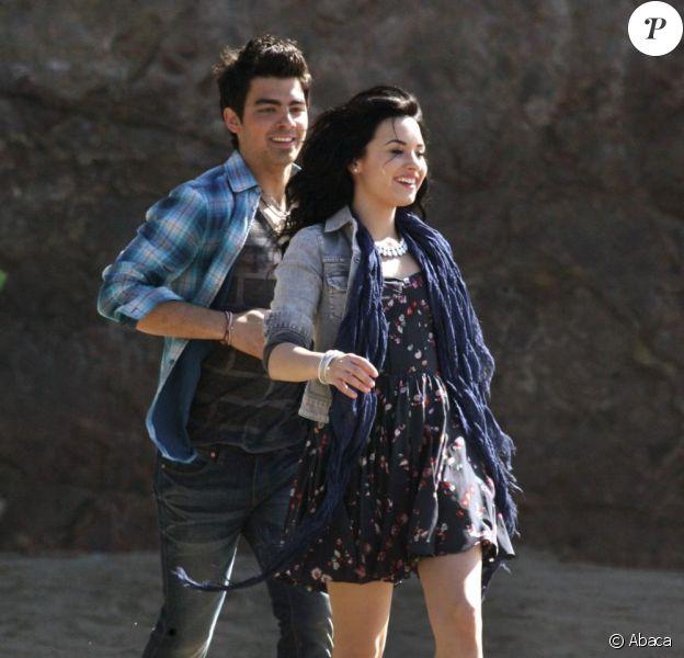 Demi Lovato et Joe Jonas (Jonas Brothers) officialisent leur love story dans l'émission américaine Access Hollywood.