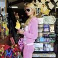 Paris Hilton se rend dans un magasin de jouets de Los Angeles pour acheter une énorme peluche, samedi 13 mars.