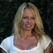 Quand la bombe Pamela Anderson sort de chez elle, c'est pieds nus, sans maquillage... et sans vêtements !