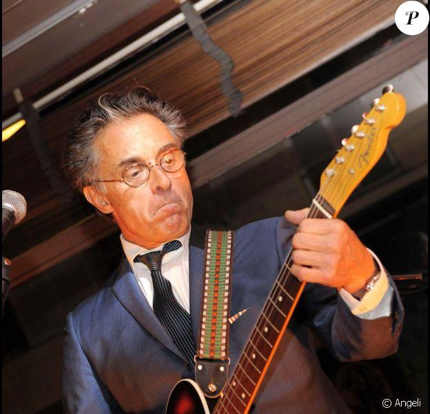 Gérard Holtz chante à l'occasion du prix Nomad's, à Paris, le 18 mars 2010 !