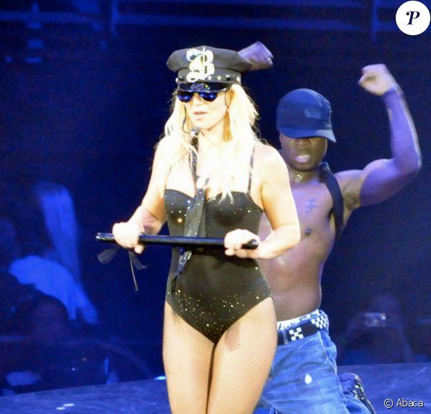Britney Spears interprétant Womanizer, sur son Circus Tour.