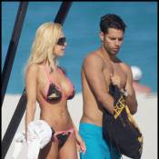 Shauna Sand : En bikini sur la plage, la bimbo vous présente son nouveau mec... Encore un !