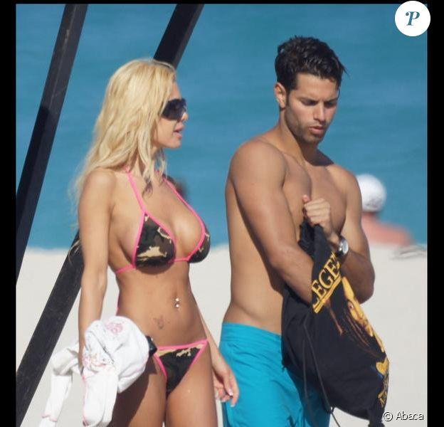 Samedi 20 mars, sur une plage de Malibu, Shauna Sand et son nouveau boyfriend filent le parfait amour.