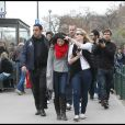 Après avoir visité la Tour Eiffel, Selena Gomez s'est rendue au musée du Louvre, mercredi 31 mars.